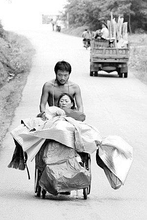 小伙推坐轮椅母亲从北京走到西双版纳 历时三月